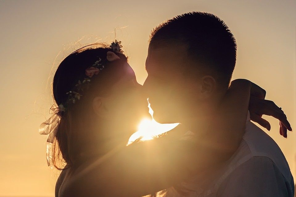 Skūpsts saulrietā