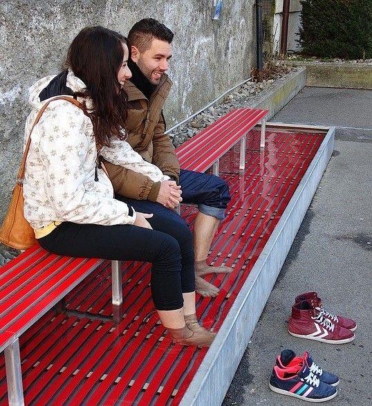 randiņš uz soliņa ar nosalušām kājiņām