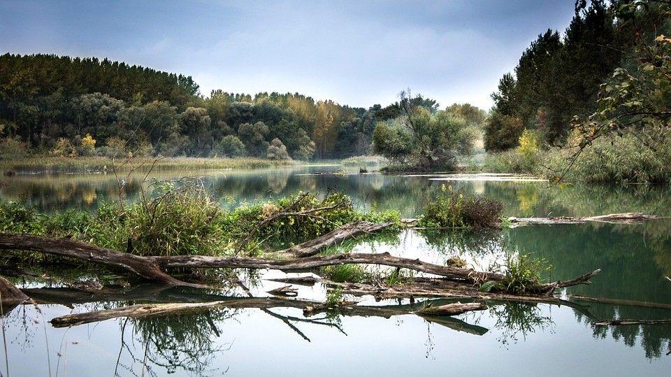 Romantiskais upes krasts